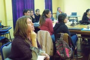 La profesora IMA Elisabeth Ramos junto a docentes en sesión de curso de perfeccionamiento