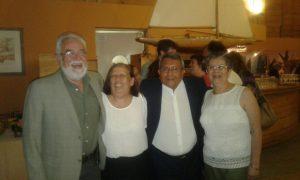 Colegas del profesor León participan de reunión homenaje.